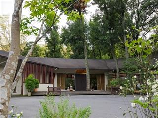 南足柄の山の中にひっそりと佇む隠れ家のような温泉施設「モダン湯治 おんりーゆー」